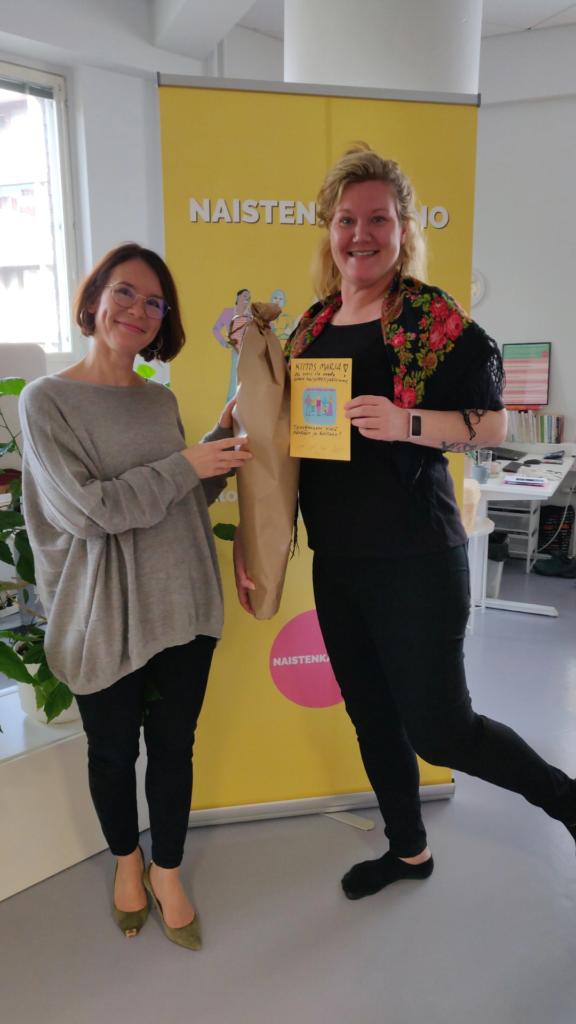 Kuvassa näkyy Naistenkartanon toiminnanjohtaja Anna Vuorio sekä Naistenkartanon harjoittelija Marja Kivilompolo.